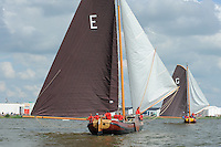 ZEILEN: LEMMER: Lemster baai, 30-07-2014, SKS skûtsjesilen, voor de wind Earnewâld in achtervolging op de uiteindelijke winnaar Grou, ©Martin de Jong