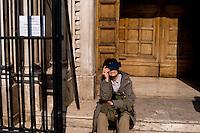 Roma 20 Marzo 2015<br /> Eclissi solare parziale al quartiere San Lorenzo. La gente si riunita questa mattina in Piazza Immacolata, per osservare  l'eclissi solare parziale. Una donna guarda un'eclissi solare parziale attraverso una radiografia <br /> Rome March 20, 2015<br /> Partial solar eclipse. People gather this morning in Piazza Immacolata, District San Lorenzo, to get a rare glimpse of the solar eclipse. A woman looks at a partial solar eclipse through an X-ray