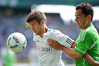 FUSSBALL   1. BUNDESLIGA   SAISON 2011/2012    2. SPIELTAG VfL Wolfsburg - FC Bayern Muenchen      13.08.2011 Thomas MUELLER (li, Bayern) gegen Marcel SCHAEFER (re, Wolfsburg)