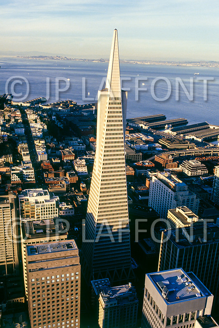 1986 --- The Transamerica Pyramid dominates the skyline in San Francisco. --- Image by © JP Laffont
