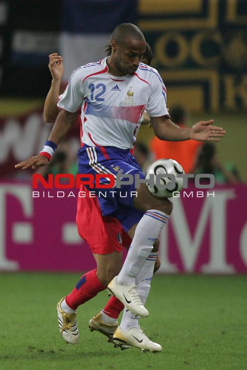 FIFA WM 2006 -  Gruppe D  Vorrunde ( Group D )<br /> Play   #29 (18-Jun) - Frankreich - Korea 1:1<br /> <br /> Thierry Henry von Frankreich in Einzel Aktion.<br /> <br /> Foto &copy; nordphoto