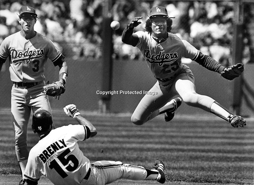Los Angeles Dodgers Mariano Duncan throw to first base after forcing San Francisco Giants Bob Brenly out at 2nd base. .(1986 photo/Ron Riesterer)