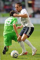 FUSSBALL   1. BUNDESLIGA   SAISON 2011/2012    2. SPIELTAG VfL Wolfsburg - FC Bayern Muenchen      13.08.2011 Franck RIBERY (re, Bayern) enteilt Christian TRAESCH (re, Wolfsburg)