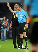 FUSSBALL   1. BUNDESLIGA   SAISON 2011/2012    4. SPIELTAG Bayer 04 Leverkusen - Borussia Dortmund              27.08.2011 Juergen KLOPP (hinten, Dortmund) und Schiedsrichter Wolfgang STARK (vorn)