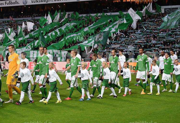 FUSSBALL   1. BUNDESLIGA   SAISON 2014/2015   15. SPIELTAG SV Werder Bremen - Hannover 96                         13.12.2014 Einmarsch der Mannschaften