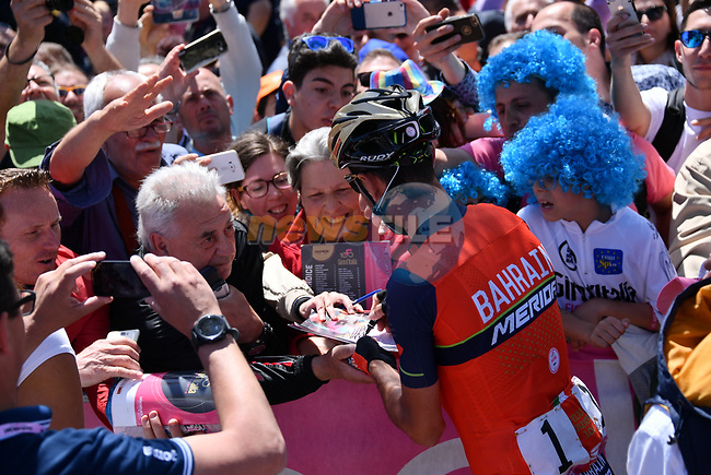 Local man Vincenzo Nibali (ITA) Bahrain-Merida signs autographs for fans before the start of Stage 4 of the 100th edition of the Giro d'Italia 2017, running 181km from Cefalu to Mount Etna, Sicily, Italy. 9th May 2017.<br /> Picture: LaPresse/Gian Mattia D'Alberto   Cyclefile<br /> <br /> <br /> All photos usage must carry mandatory copyright credit (&copy; Cyclefile   LaPresse/Gian Mattia D'Alberto)
