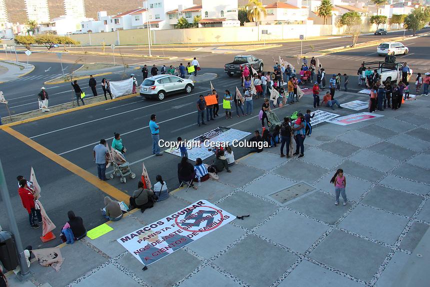 Querétaro, Qro. 30 de Noviembre de 2016.- Comerciantes de la Unidad Cívica Carrillo Puerto Protestan frente a las instalaciones de la 58 Legislatura, solicitando apoyo, ya que no han recibido apoyo por parte del municipio para reubicarse en otro lado. Estos comerciantes fueron desalojados de la Alameda Hidalgo en los meses anteriores.