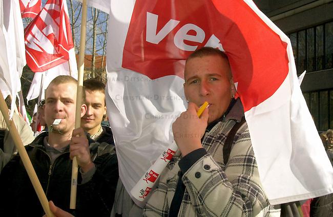 Protest der Gewerkschaft der Polizei, ver.di und GEW anlaesslich der Tarifverhandlungen in Berlin.<br /> Die Gewerkschaften riefen zu einem Warnstreik am Donnerstag den 13. Maerz 2003 in Berlin auf. Gewerkschaftsmitglieder versammelten sich zu einer Kundgebung auf dem Rosa-Luxemburg-Platz in Berlin-Mitte.<br /> An dem Streik beteiligten sich Mitarbeiter von Meldestellen und Buergerbueros, Angestellte im Polizeidienst, der Freien Universitaet und des Oberstufenzentrums Bautechnik I.<br /> Hier: Auszubildende Betonbauer vom OSZ Bautechnik I, Knobelsdorf Schule.<br /> 13.3.2003, Berlin<br /> Copyright: Christian-Ditsch.de<br /> [Inhaltsveraendernde Manipulation des Fotos nur nach ausdruecklicher Genehmigung des Fotografen. Vereinbarungen ueber Abtretung von Persoenlichkeitsrechten/Model Release der abgebildeten Person/Personen liegen nicht vor. NO MODEL RELEASE! Nur fuer Redaktionelle Zwecke. Don't publish without copyright Christian-Ditsch.de, Veroeffentlichung nur mit Fotografennennung, sowie gegen Honorar, MwSt. und Beleg. Konto: I N G - D i B a, IBAN DE58500105175400192269, BIC INGDDEFFXXX, Kontakt: post@christian-ditsch.de<br /> Bei der Bearbeitung der Dateiinformationen darf die Urheberkennzeichnung in den EXIF- und  IPTC-Daten nicht entfernt werden, diese sind in digitalen Medien nach &sect;95c UrhG rechtlich geschuetzt. Der Urhebervermerk wird gemaess &sect;13 UrhG verlangt.]