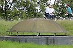 Foto: VidiPhoto<br /> <br /> EVERDINGEN - Voor de aankoop van Fort Everdingen (1847), op de grens van Utrecht en Gelderland, is enorm veel belangstelling. Dat blijkt uit de tweede kijkdag die woensdag bij het verdedigingswerk in de Nieuwe Hollandse Waterlinie is gehouden. Tientallen vertegenwoordigers van organisaties, instellingen, bedrijven, maar ook particulieren, toonden serieuze interesse. In oktober moeten ze een ondernemingsplan indienen bij eigenaar Dienst Landelijk Gebied (Economische Zaken). De aanschafprijs is slechts 1 euro, maar het opknappen van het fort vereist een flinke investering, afhankelijk van de bestemming. De ondernemer met het meest haalbare plan en dat past bij de bestemming van het fort, mag de nieuwe eigenaar worden van Fort Everdingen dat 20 gebouwen telt op een 12 ha. groot terrein.