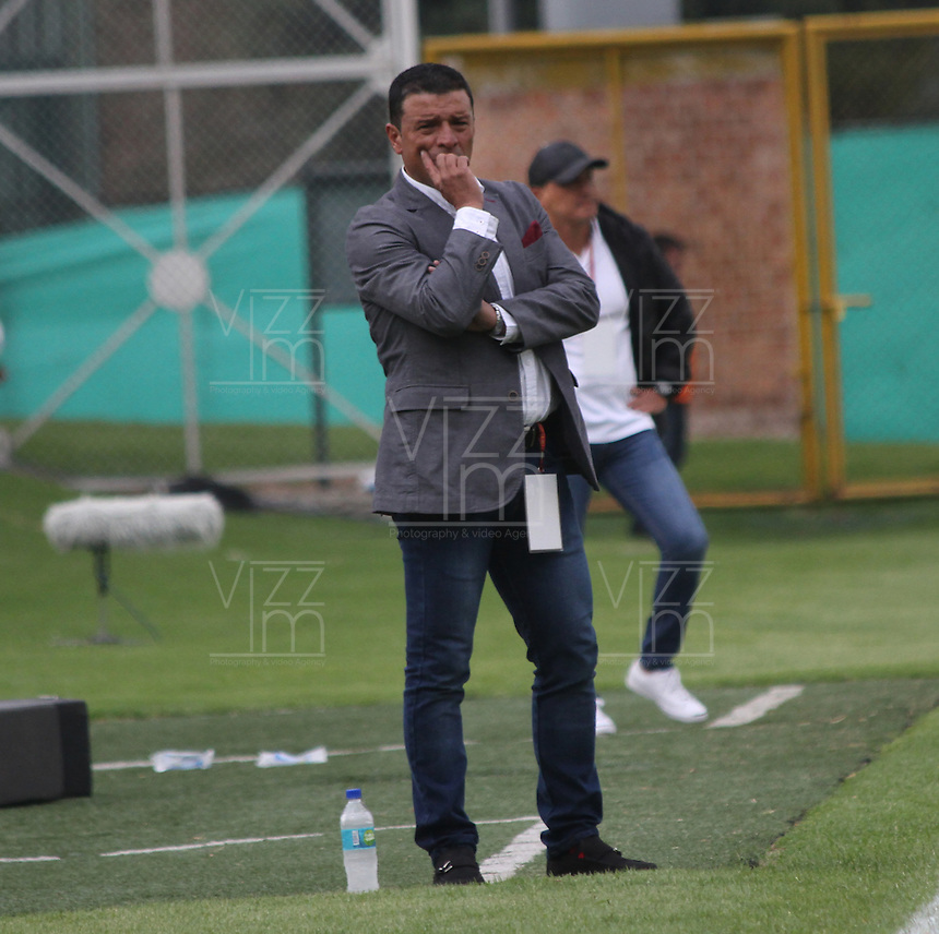 BOGOTÁ -COLOMBIA-28-ABRIL-2016. Nilton Bernal director técnico  de Fortaleza FC en acción  contra Huila durante partido por la fecha 15 de Liga Águila I 2016 jugado en el estadio Metropolitano de Techo de Bogotá./ Nilton Bernal coach  of  Fortaleza FC in actions  against Huila during the match for the date 15 of the Aguila League I 2016 played at Metroplitano de Techo stadium in Bogota. Photo: VizzorImage / Felipe Caicedo / Staff