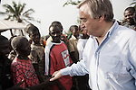Antonio Guterres va a la rencontre des refugies ivoiriens du camp de Bahn au Liberia le 22 mars 2011 - Antonio Guterres meets with ivoirian refugees at Bahn camp in Liberia on march 22 2011.