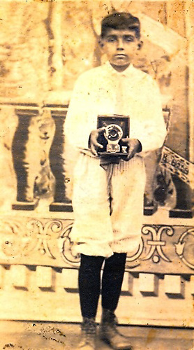 Luisito, queriendo fotografiar, circa 1926. © Juan Ángel