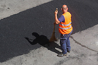 Operai durante in rifacimento dell'asfalto. .Workers during resurfacing of the asphalt....