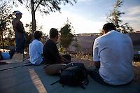 US Confine Arizona Messico Sasabe Migranti  attendonio la notte per attraversare il muro verso gli Stati Uniti<br /> US Mexico Border Arizona Sasabe Migrants attendonio night to cross the wall to the United States