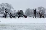 Foto: VidiPhoto<br /> <br /> HEELSUM - De green van Golfclub Heelsum bij Oosterbeek is donderdag perfect wit en door de dunne laag sneeuw uitermate geschikt om een balletje te slaan, vinden veel golfers. Waar het automobilisten donderdag opnieuw vast kwamen te staan, konden natuur- en sportliefhebbers hun hart ophalen op de Veluwe. Een dun laagje sneeuw zorgde voor een sfeervol winters tafereel. Bij het golfen gelden dan wel de sneeuwregels. De bal mag (indien nodig) worden opgepakt en schoongemaakt en de sneeuw voor de bal mag verwijderd worden. Een in de sneeuw ingebedde bal mag ook met de hand verplaatst worden.