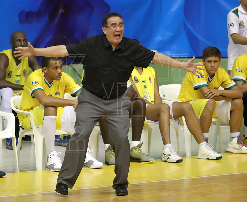 BUCARAMANGA - COLOMBIA: 28-10-2013: Carlos Parra, técnico Bukaros Freskaleche, da instrccciones a los jugadores durante partido, octubre 28 de 2013. Bukaros de Bucaramanga y Guerreros de Bogota, durante partido de la fecha 33 de la fase I de la Liga Directv Profesional de Baloncesto 2 en partido jugado en el Coliseo Vicente Diaz Romero. (Foto: VizzorImage / Duncan Bustamante / Str). Carlos Parra, coach from Bukaros from  Bucaramanga, gives instructions to the players during a match, October 28, 2013. Bukaros from Bucaramanga and Guerreros from Bogota during a match for the 33 date of the Fase II of the League of Professional Directv Basketball 2 game at the Vicente Diaz Romero Coliseum. (Photo: VizzorImage / Duncan Bustamante / Str)