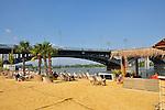 Mainzer Rheinstrand mit Blick auf die Theodor-Heuß-Brücke