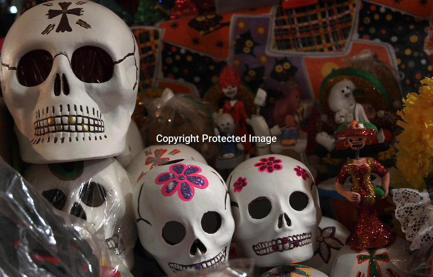 Oaxaca de Ju&aacute;rez.- M&uacute;ltiples olores y colores, son los que se pueden apreciar en los diversos mercados de la capital oaxaque&ntilde;a, donde ya es perceptible la llegada de la celebraci&oacute;n costumbrista y ancestral en M&eacute;xico denominada &ldquo;D&iacute;a de muertos&rdquo;.<br /> <br /> Por ello, las diferentes plazas que se congregan en Oaxaca, ya est&aacute;n repletas de puestos donde se pueden adquirir diversos productos alusivos a las fechas; frutas, pan, chocolate, copal, mole, dulces en forma de calavera, flores etc.<br /> <br /> Y es que en Oaxaca las familias son en su mayor&iacute;a creyentes de estas tradiciones, donde se recibe a la muerte para festejarla,  por lo que la mayor&iacute;a de hogares acostumbran poner ofrendas a los seres queridos que se adelantaron, ofreci&eacute;ndoles en altares frutas, comida, y todo lo que los difuntos disfrutaban en vida.<br /> <br /> Las flores no pueden faltar, ya que enmarcan estas fechas con su aroma y color en los altares y las tumbas de los finados, por lo que son parte fundamental en estas fechas, siendo las de temporada: el cempoalxochitl, la flor silvestre de muerto, y la borla.<br /> <br /> En este contexto, los precios en los productos de la &eacute;poca se elevan, sin embargo, la gente no se limita en gastos, ya que el &ldquo;D&iacute;a de muertos&rdquo; forma parte de las tradiciones y costumbres de los habitantes de las diversas entidades que conforman la Rep&uacute;blica Mexicana, incluyendo a Oaxaca.<br /> <br /> <br /> Foto: Patricia Castellanos / Agencia Obtura.