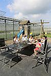 Foto: VidiPhoto<br /> <br /> BRAKEL - Het gezin van chrysantenkweker David van Tuijl uit Brakel op het terras van zijn huis. Op de achtergrond zijn 3,5 ha. grote kas met troschrysanten.