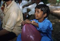 Ragazzi dell' hasram di Kailash Satyarthi Nobel per la pace 2014 (inizi anni 2000)<br /> Un ragazzo recuperato dal lavoro minorile con un palloncino in mano