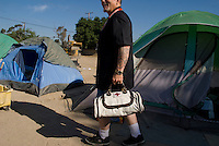 Camp Hope, eine Zeltstadt fuer Obdachlose in Ontario, Kalifornien.Der freiwilligen Helfer Clifford Spencer..Fotos © Stefan Falke..Camp Hope, a  tent city for the homeless in Ontario, California.Clifford Spencer, a voluntary nurse who treats residents of the camp for free
