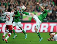 FUSSBALL   1. BUNDESLIGA   SAISON 2012/2013   4. SPIELTAG SV Werder Bremen - VfB Stuttgart                         23.09.2012        Arthur Etienne Boka (li, VfB Stuttgart)  gegen Kevin De Bruyne (re, SV Werder Bremen)