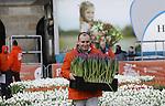 Foto: vidiPhoto<br /> <br /> AMSTERDAM - Vele duizenden belangstellenden uit binnen- en buitenland hadden er zaterdag urenlang wachten voor over om een gratis bos van twintig kersverse Hollandse tulpen te bemachtigen. De zesde Nationale Tulpendag op de Dam in Amsterdam, waarmee het nieuwe snijtulpenseizoen van start gaat, werd bovendien bezocht door tientallen journalisten en cameraploegen uit de hele wereld. De organisatie van de Tulpendag is in handen van Tulpen Promotie Nederland (TPN), een samenwerkingsverband van tulpenbroeiers en -veredelaars. De zogenoemde pluktuin op de Dam met 200.000 tulpen kreeg als thema &lsquo;Dutch Design&rsquo; en is samengesteld door tuinontwerper Floris Hovers. In 2017 zal de tulpenproductie in Nederland voor het eerst de grens van 2 miljard doorbreken. Vorig jaar kwam de productie uit op 1,9 miljard snijtulpen met een exportwaarde van 250 miljoen euro. Tulpen zijn de afgelopen jaren flink in populariteit gestegen. Nederlandse Tulpen worden tegenwoordig in plaats van in potgrond voornamelijk geteeld op water zonder gebruik van chemische middelen. Nationale Tulpendag bestaat sinds 2012. Op de derde zaterdag van januari wordt daarmee ieder jaar de start van een nieuw snijtulpenseizoen gevierd. Tot eind april (ongeveer 100 dagen lang) is de Hollandse tulp wereldwijd verkrijgbaar in meer dan 1.000 verschillende soorten.