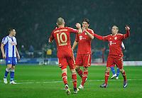 Fussball Bundesliga Saison 2011/2012 26. Spieltag Hertha BSC Berlin - FC Bayern Muenchen Mario GOMEZ (FCB, M) zeigt nach dem verwandelten Foulelfmeter zum 4:0 entschieden in Richtung Arjen ROBBEN (l). Rechts Franck RIBERY (FCB).