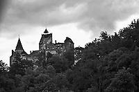 Castello avvolto da nubi scure, Castle surrounded by dark clouds, Château entouré par de sombres nuages