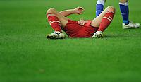 Fussball Bundesliga Saison 2011/2012 26. Spieltag Hertha BSC Berlin - FC Bayern Muenchen Mario GOMEZ (FCB) liegt nach einem Tritt in den Schritt am Boden.
