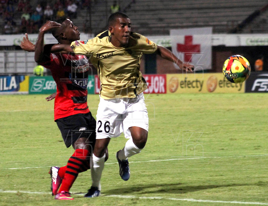 CÚCUTA -COLOMBIA, 26-07-2013.  Javier Araujo (I) jugador del Cucuta Deportivo disputa el balón con Fabio Rodríguez (D) del Itagui, durante partido  por la fecha 1 de la Liga Postobon II disputado en el estadio General Santander de la ciudad de Cucuta, julio 26 de 2013./  Javier Araujo (L) Cucuta Deportivo player fights for the ball with Fabio Rodriguez (R) of Itagui during match of the date 1th for the Postobon League II at the General Santander Stadium in Cucuta city, July 26, 2013. Photo: VizzorImage/STR