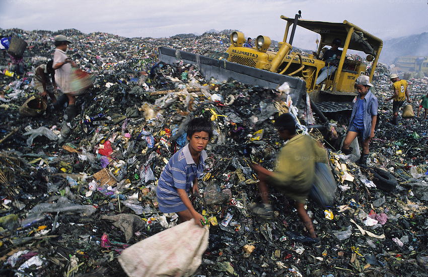 Asia, Philippines, Manilla, Smokey Mountain Rubbish dump. Thousands of poor and often indigenous people work sifting through the rubbish, recycling materials such as paper, various metal and plastic. They earn about $1 a day. The place is rife with disease.Photograph © Nigel Dickinson
