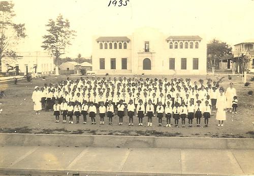 Patria Mella vestida de blanco,  al extremo derecho. Escuela Juan Pablo Pina. 1935. San Cristóbal