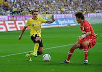 Fussball Bundesliga Saison 2011/2012 8. Spieltag Borussia Dortmund - FC Augsburg V.l.: Mario GOETZE (BVB), Hajime HOSOGAI (Augsburg).