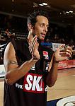 Basketball, BBL 2003/2004 , 1.Bundesliga Herren, Wuerzburg (Germany) X-Rays TSK Wuerzburg - GHP Bamberg (62:84) Mike Nahar (Bamberg) klatscht in die Haende
