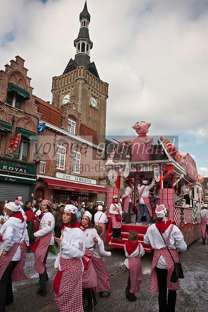 Europe/France/Nord-Pas-de-Calais/59/Nord/Bailleul: Le Carnaval de Bailleul -Le char des Bouchers- Charcutiers devant le beffroi classé au Patrimoine mondial UNESCO