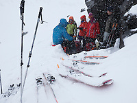 Matpause i snøvær på vei opp Markusdalen mot Svartfjelljøkelen. ---- Skiers taking brake in snow.