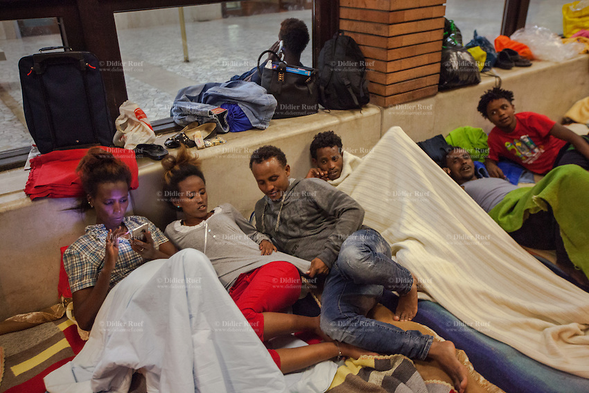Italy. Lombardy Region. Como. Homeless african migrants sleep at night in the San Giovanni railway station. A group of ethiopian men and women is lying on the ground. 10.08.2016 © 2016 Didier Ruef