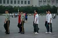De jeunes membres de la Police Armée du Peuple en civil défilent en cadence avec la garde, avant la fermeture de la place Tiananmen pour la nuit... La journée ils se font passer pour des touristes prêts à interpeller tout manifestant.
