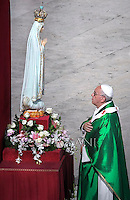 Pope Francis celebrate a mass as part of the Marian Day,prays in front of the statue of Our Lady of Fatima in Saint Peter's square at the Vatican on October 13, 2013,