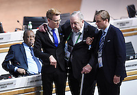 Fussball International Ausserordentlicher FIFA Kongress 2016 im Hallenstadion in Zuerich 26.02.2016 Ex UEFA Praesident und Ex FIFA-Exekutivkomitee Mitglied Lennart Johansson (Mitte, Schweden) muss gestuetzt werden