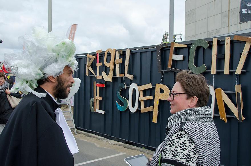 18juni Scheveningen<br /> Drukte rond de Volvo ocean race. Er word uitleg en bekendheid gegeven aan het probleem van plastic afval in zee.<br /> <br /> (c)renee teunis