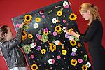 Foto: VidiPhoto<br /> <br /> DEVENTER &ndash; De belangstelling van jongeren voor bloemstyling neemt enorm toe. Dat blijkt donderdag tijdens de eerste dag van het Nederlands Kampioenschap Bloemschikken in Deventer. De eerste dag strijden 20 studententeams uit het hele land om de nationale titel. Vrijdag zijn de amateurs aan de beurt. Bij elkaar 250 kandidaten. De studenten maken een plantaardige wand met daarin een of meerdere zintuigen verwerkt, zoals zien, reuk en smaak. Het kampioenschap duurt twee dagen en wordt georganiseerd door vereniging Groei &amp; Bloei. Een vakjury beoordeelt de bloemwerken op originaliteit, techniek en creativiteit. Komend weekend zijn alle 240 bloemwerken voor het publiek te bewonderen in de Deventer en kan men deelnemen aan bloemworkshops en demonstraties van toparrangeurs bijwonen. Het Nederlands Kampioenschap wordt voor de 52e keer gehouden. Wedstrijdleider Frits Hoogers: &ldquo;De laatste jaren merken wij, met name onder jongeren, een toenemende belangstelling voor bloemstyling.