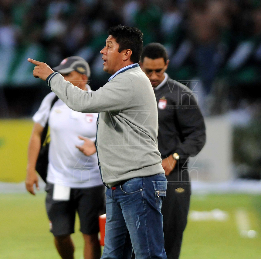 MEDELLIN - COLOMBIA-14-07-2013: Wilson Gutierrez técnico del Independiente Santa Fe da instrucciones a los jugadores durante partido en el estadio Atanasio Girardot de la ciudad de Medellin, julio 14 de 2013. Atletico Nacional y Indepndiente Santa Fe durante partido de ida por la final de la Liga Postobon I. (Foto: VizzorImage / Luis Rios / Str).  Wilson Gutierrez, coach from Independiente Santa Fe, gives instructions to the palyers during game in the Atanasio Girardot stadium in Medellin City, July 14, 2013. Atletico Nacional and Independiente Santa Fe, during match for the first round of finals of the Postobon League I. (Photo: VizzorImage / Luis Rios / Str).