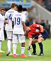 FUSSBALL WM 2014  VORRUNDE    Gruppe D     England - Italien                         14.06.2014 Schiedsrichter Bjorn Kuipers malt eine Abstandslinie auf den Rasen