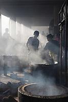 Afrique/Afrique de l'Est/Tanzanie/Dar es-Salaam: Marché au poissons - la cuisine centrale du marché qui transforme la peche en friture