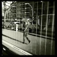 Eine Frau auf der Strasse. Berlin Streetviews<br />25.11.2013, Berlin<br />Copyright: Christian-Ditsch.de<br />[Inhaltsveraendernde Manipulation des Fotos nur nach ausdruecklicher Genehmigung des Fotografen. Vereinbarungen ueber Abtretung von Persoenlichkeitsrechten/Model Release der abgebildeten Person/Personen liegen nicht vor. NO MODEL RELEASE! Don't publish without copyright Christian-Ditsch.de, Veroeffentlichung nur mit Fotografennennung, sowie gegen Honorar, MwSt. und Beleg. Konto:, I N G - D i B a, IBAN DE58500105175400192269, BIC INGDDEFFXXX, Kontakt: post@christian-ditsch.de<br />Urhebervermerk wird gemaess Paragraph 13 UHG verlangt.]