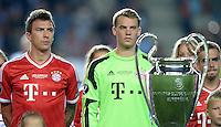 FUSSBALL  SUPERCUP  FINALE  2013  in Prag    FC Bayern Muenchen - FC Chelsea London          30.08.2013 Mario Mandzukic (li) und Torwart Manuel Neuer (v.l., beide FC Bayern Muenchen) fixieren den Champions League Pokal