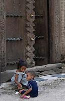 Afrique/Afrique de l'Est/Tanzanie/Zanzibar/Ile Unguja/Stone Town: dans les rues de la vieille ville, enfants devant une porte d'une vieille maison