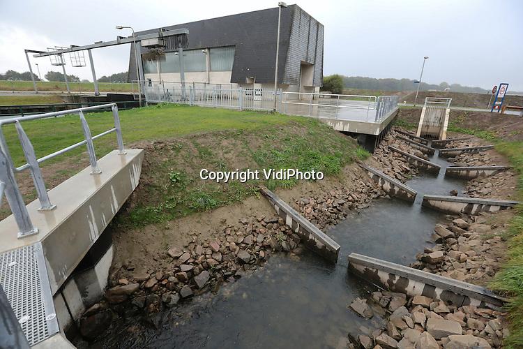Foto: VidiPhoto<br /> <br /> ZOELEN - De gloednieuwe vispassage in de Linge bij het H. A. Beuningengemaal in het Gelderse Zoelen, wordt woensdag officieel geopend. De nieuwe passage verbindt de Linge met het Amsterdam-Rijnkanaal en is tot stand gekomen door een samenwerking van Waterschap Rivierenland en Rijkswaterstaat.